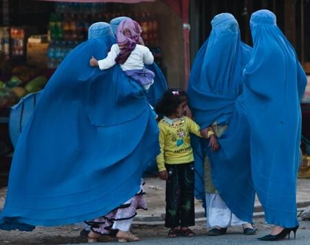 1920px-Burqa_women_waiting,_Herat,_Afghanistan.resized
